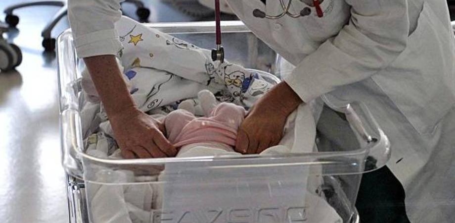 Napoli, bimba down abbandonata in ospedale: scatta la gara di solidarietà