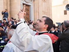 A Marsala il parroco benedice i cellulari: e invita i fedeli a portare lo smartphone in chiesa