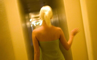 http://www.seguonews.it/sesso-di-gruppo-con-la-moglie-in-cambio-di-soldi-arrestato-a-catania-marito-voyeur