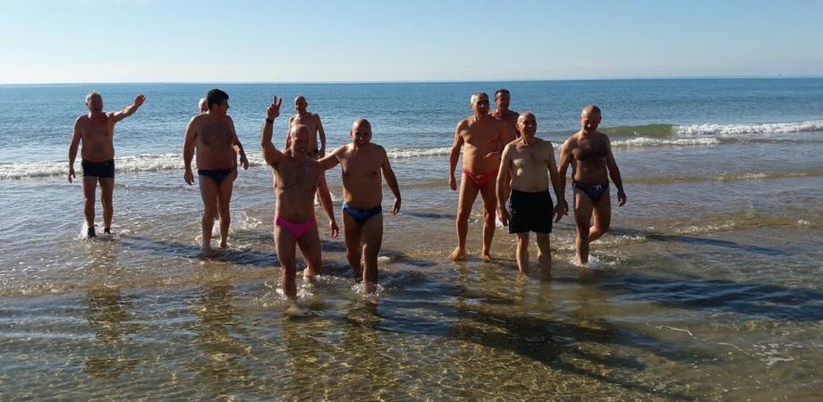 Bagno di Capodanno a Gela. Domani i più temerari sfideranno il freddo