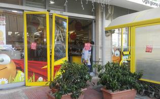 Caltanissetta, automobilista distratta sbaglia manovra e sfonda la vetrata di un supermercato