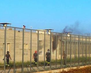Caltanissetta, a fuoco il Cpr di Pian del Lago: immigrati appiccano le fiamme