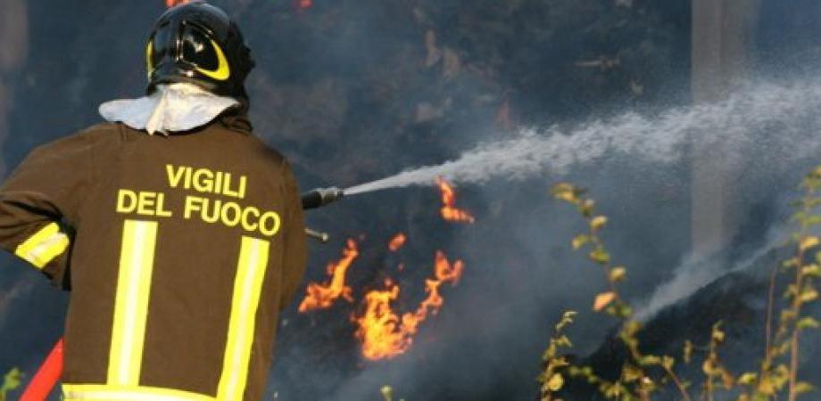 """Gela, fiamme in un negozio di via Tevere: danneggiato l'ingresso di """"Arredo Giardino"""""""