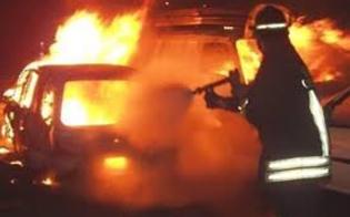Scia di attentati incendiari fra Gela e Mazzarino. Il rogo distrugge quattro auto e due ciclomotori