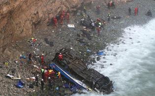 Perù, bus precipita da 100 metri nella