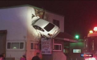 California, auto a folle velocità prende il volo e resta incastrata nell'edificio