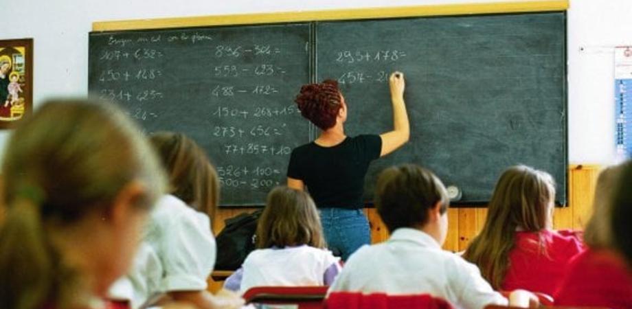 Non le fanno il regalo di fine anno e la maestra li rimprovera, i genitori si ribellano e scrivono al Provveditorato