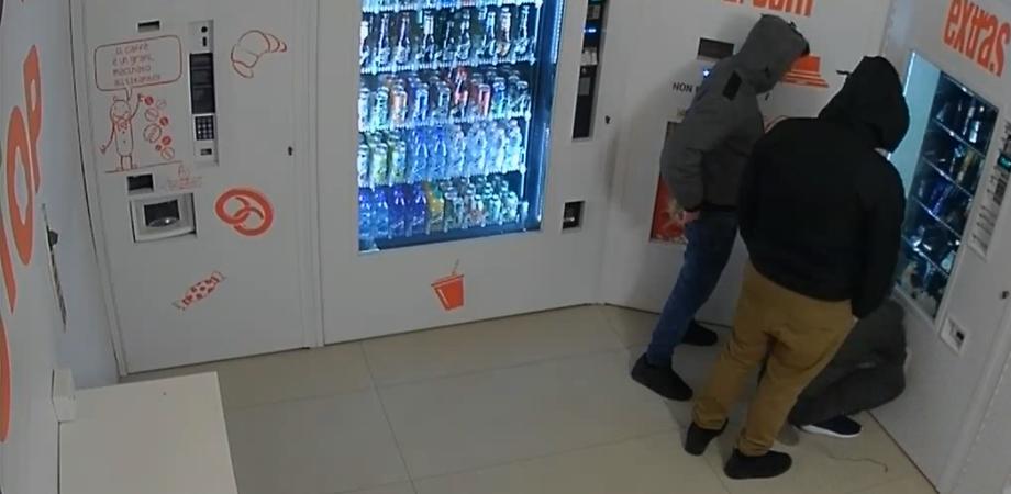 Caltanissetta, furto in un distributore H24 di bevande: ladri portano via le monete