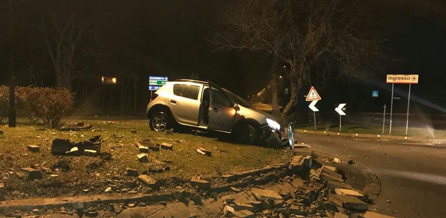 Caltanissetta, automobilista piomba contro rotatoria di via Due Fontane e la distrugge