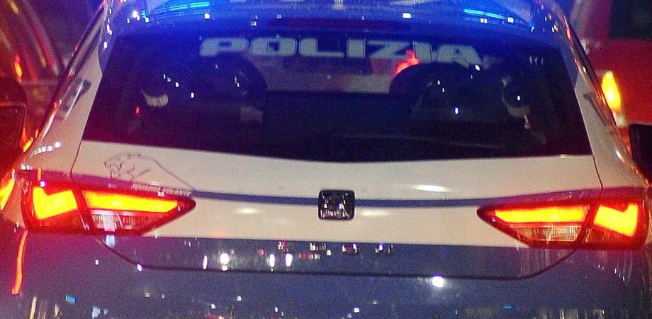 Caltanissetta, ubriaco rischia di farsi investire ma avvicinato dai poliziotti li aggredisce: denunciato