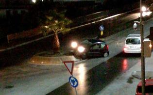 Caltanissetta, incidente in via Ferdinando I: automobilista finisce sulla rotatoria