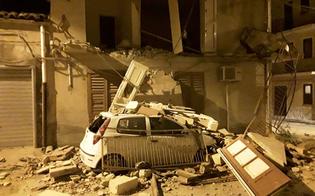 A Sommatino crolla muro su auto posteggiata: la proprietaria si era appena allontanata