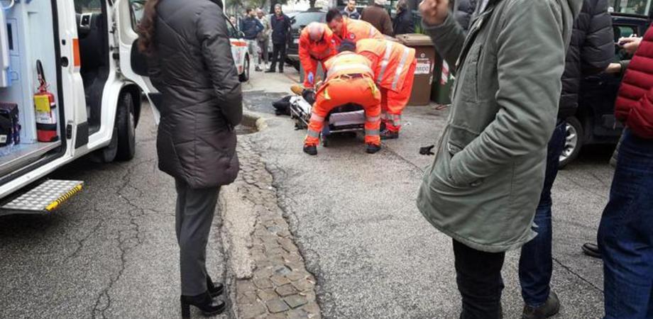 """Spari da un'auto a Macerata: 4 feriti. Il sindaco: """"Restate chiusi a casa"""""""