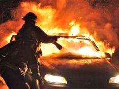 Incendio nella notte a San Cataldo: in fiamme l'auto di un benzinaio