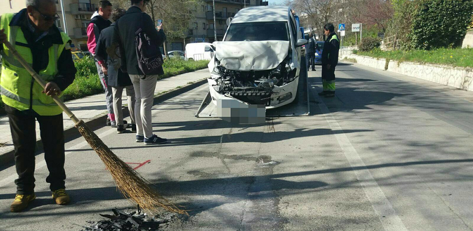 Caltanissetta, auto tampona bus cittadino: due feriti trasportati in ospedale