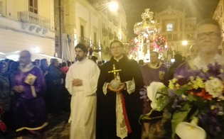 Processione Cristo Nero, globo si stacca dal crocifisso e finisce sulla testa di un fogliamaro