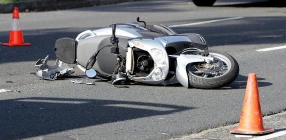 Caltanissetta, cade con lo scooter e il manubrio gli perfora la gamba: 17enne gravemente ferito
