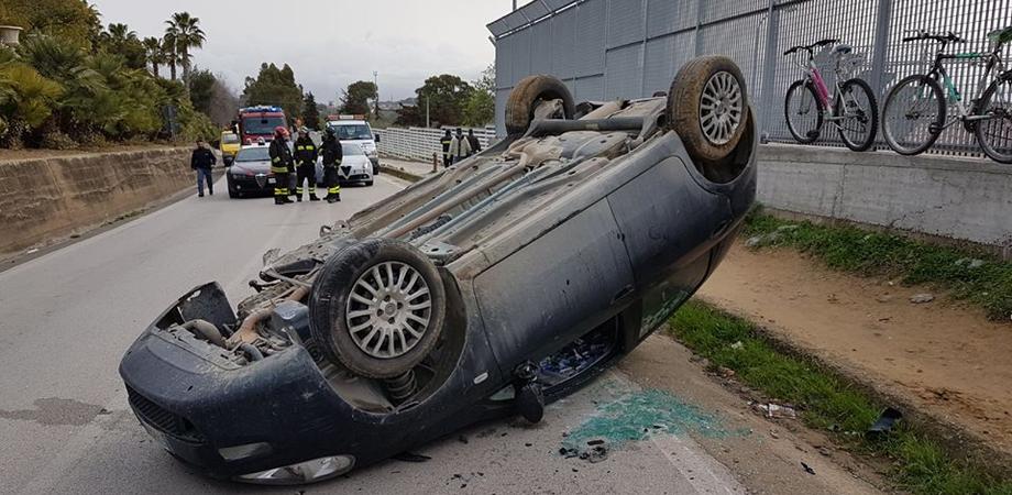 Caltanissetta, scontro frontale a Pian del Lago: auto cappotta, due i feriti