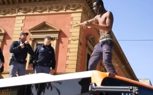http://www.seguonews.it/palermo-migrante-blocca-bus-e-sale-sul-tetto-gridando-liberta-il-video