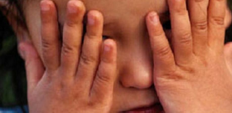 Padre ubriaco picchia la bimba perché piange: ricoverata con le costole rotte e lesioni a un timpano