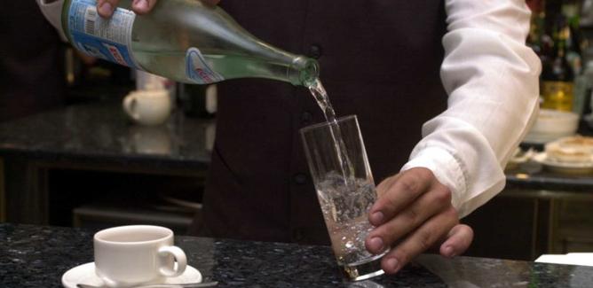 Chiede un bicchiere d'acqua e gli viene dato detersivo per le stoviglie: muore anziano, gestori del bar indagati
