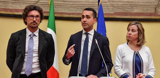 Governo, Di Maio chiude alla Lega e apre al Pd. L'ira di Salvini: