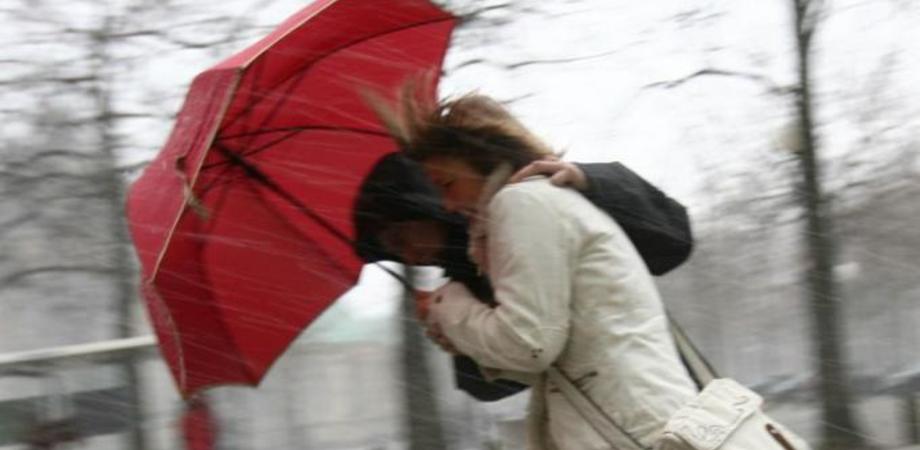 Allerta meteo a Caltanissetta: forti raffiche di vento e burrasca. Sabato chiuse le ville comunali