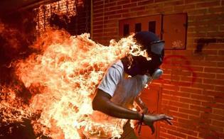 http://www.seguonews.it/ragazzo-avvolto-dalle-fiamme-ecco-la-foto-dellanno