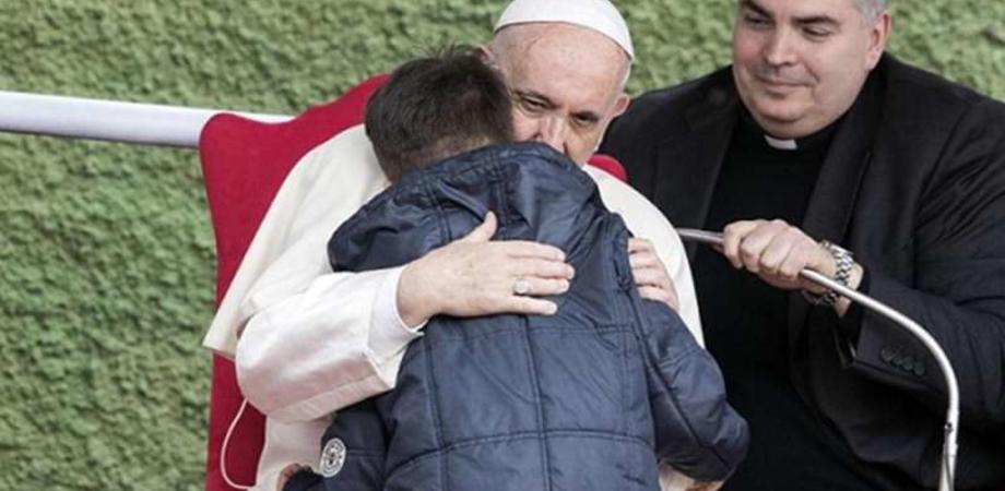 """Il commovente abbraccio di Francesco con il piccolo Emanuele: """"Piango perché mio papà era ateo e non c'è più"""""""