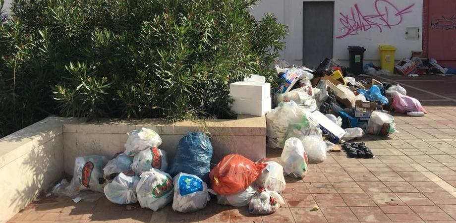 """Gela, raccolta dei rifiuti """"porta a porta"""": molti cittadini continuano a non rispettare le regole"""