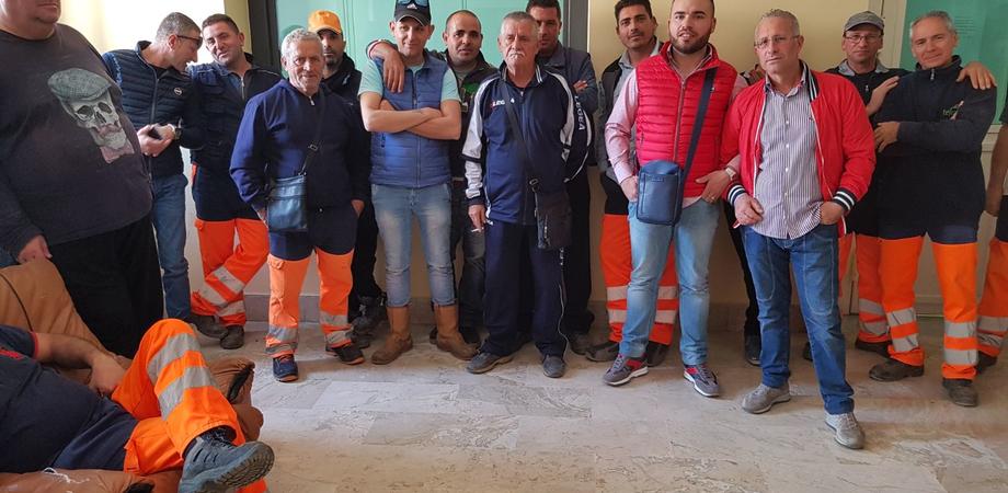 Gela, protestano i lavoratori della Tekra contro il trasferimento di 25 operai in un altro cantiere