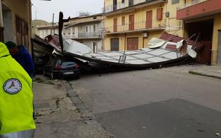 http://www.seguonews.it/tetto-volato-da-una-mansarda-e-finito-per-strada-a-butera-interrotta-la-strada-per-caltanissetta