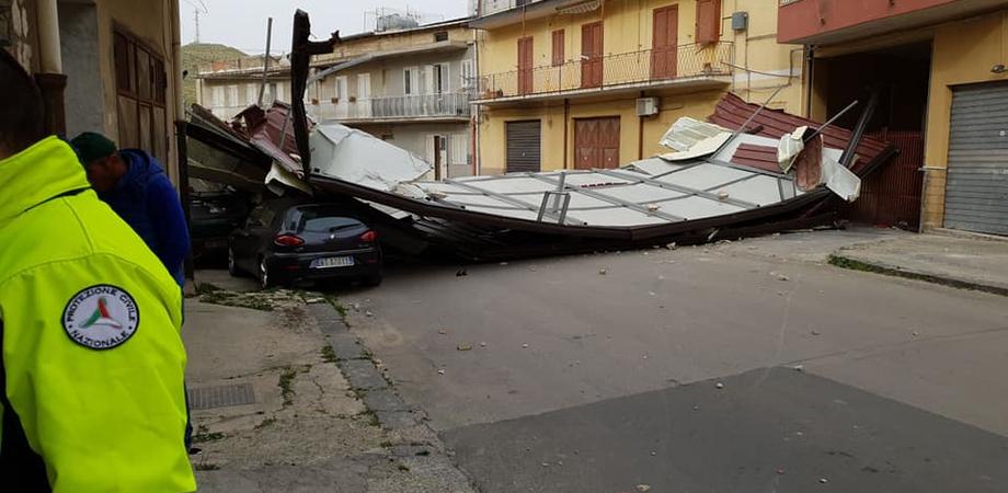 Tetto volato da una mansarda e finito per strada a Butera, interrotta la strada per Caltanissetta