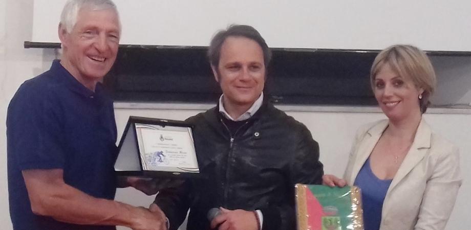 Niscemi, il sindaco consegna a Francesco Moser una targa del Comune
