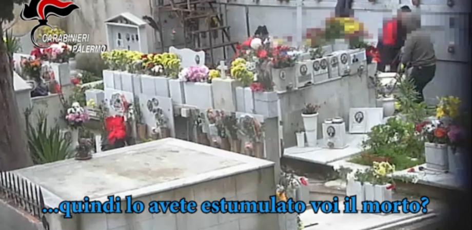 Il cimitero degli orrori: svuotavano i loculi e li rivendevano