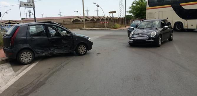 Caltanissetta, scontro tra due auto in via Rochester: feriti i due conducenti