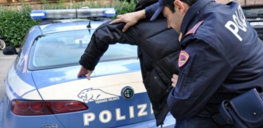 Niscemi, distrugge le auto in sosta e picchia la fidanzata: 29enne arrestato dalla polizia