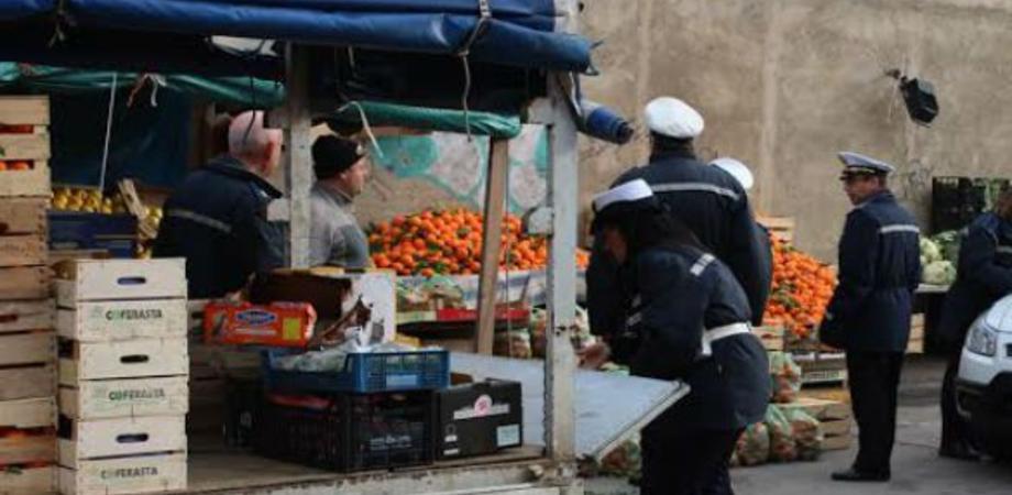 Venditore ambulante senza licenza e locali con tavoli fuori: 4 multati a Caltanissetta