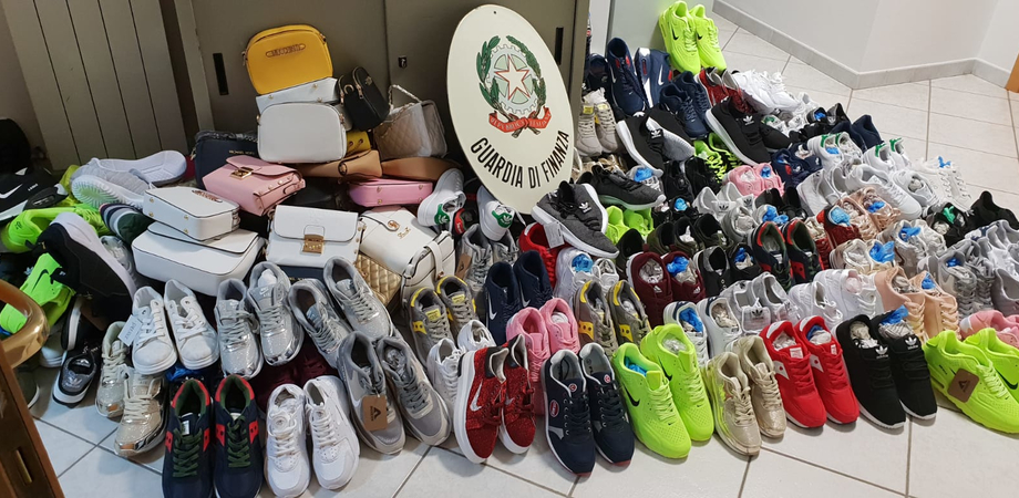 Borse e scarpe contraffatte sequestrate nel nisseno dalla Guardia di Finanza