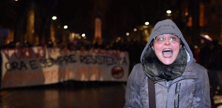 Licenziata l'insegnante che insultò i poliziotti durante una manifestazione