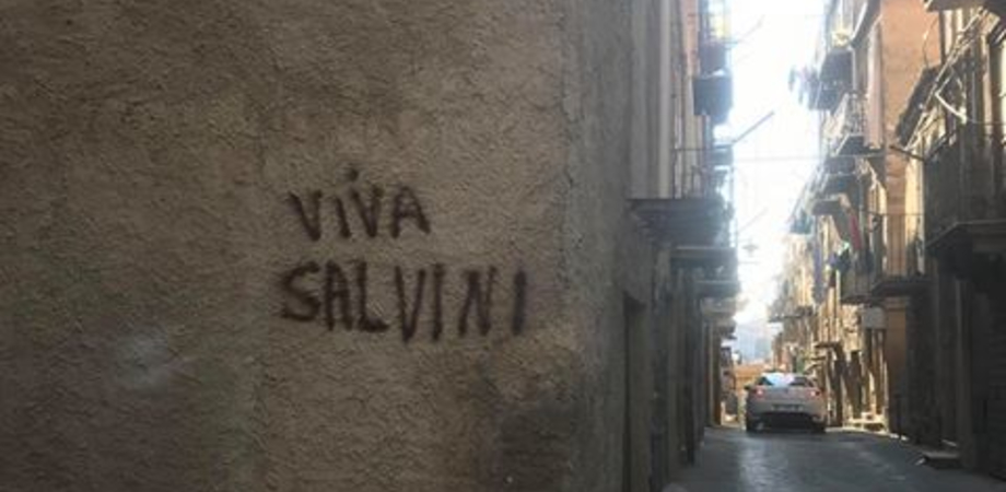 """Caltanissetta, spaccio al quartiere Provvidenza: nella notte spunta la scritta """"Viva Salvini"""""""