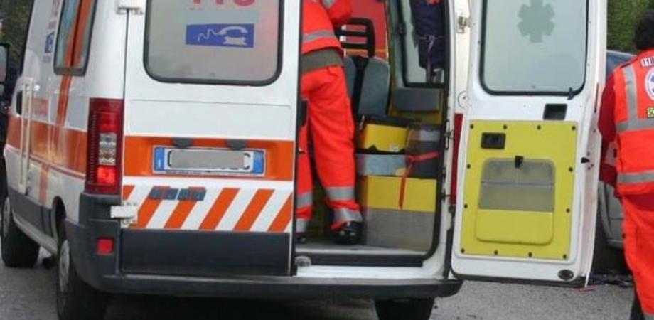 Caltanissetta, perde il controllo della moto e finisce contro una vetrata: due feriti