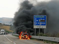 Caltanissetta, auto in fiamme: paura sulla statale 626