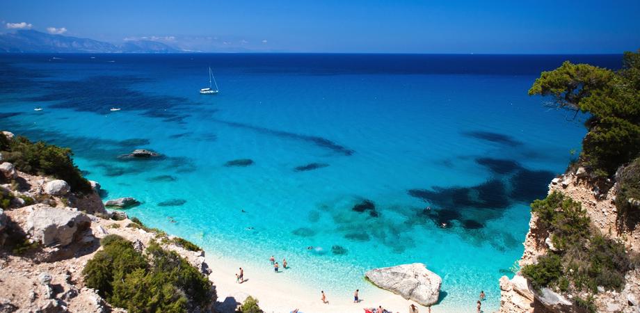 Ruba la sabbia in una spiaggia sarda: multa da 1000 euro per un turista