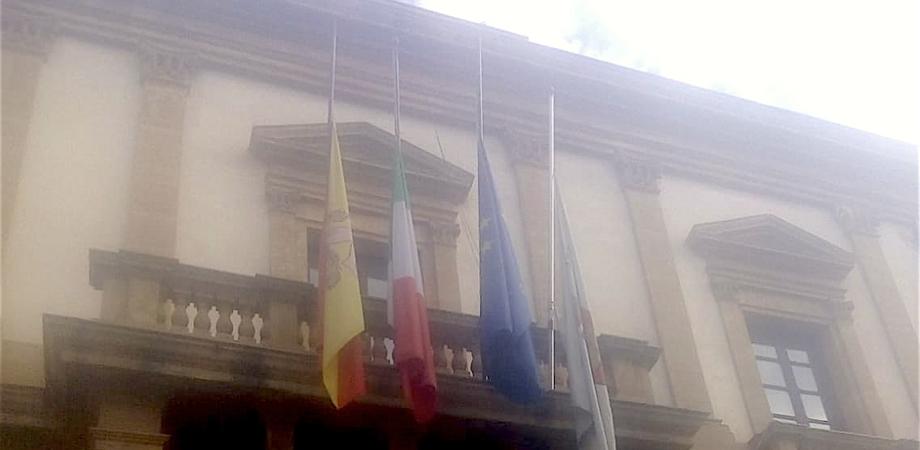 Bandiere a mezz'asta al Comune di Caltanissetta per i funerali delle vittime del crollo del ponte