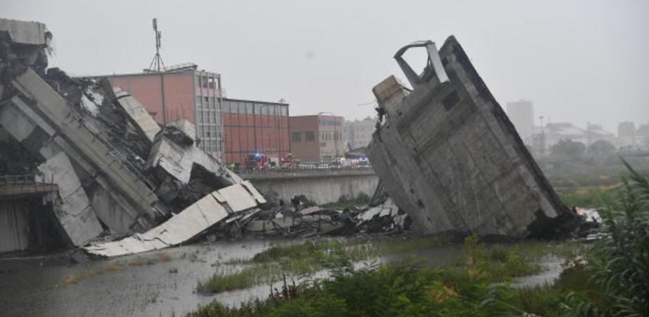 Crollo del ponte Morandi, si scava fra le macerie: accertate 22 vittime