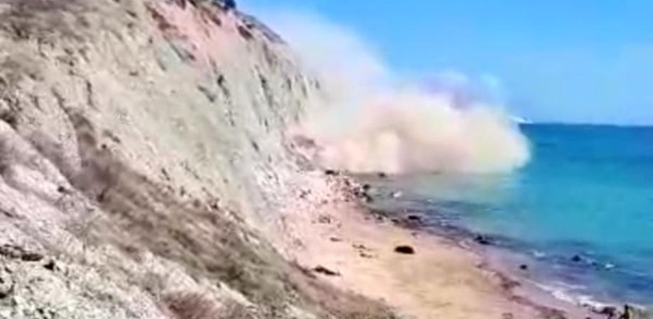 Agrigento, crolla costone della spiaggia di Zingarello: panico tra i bagnanti