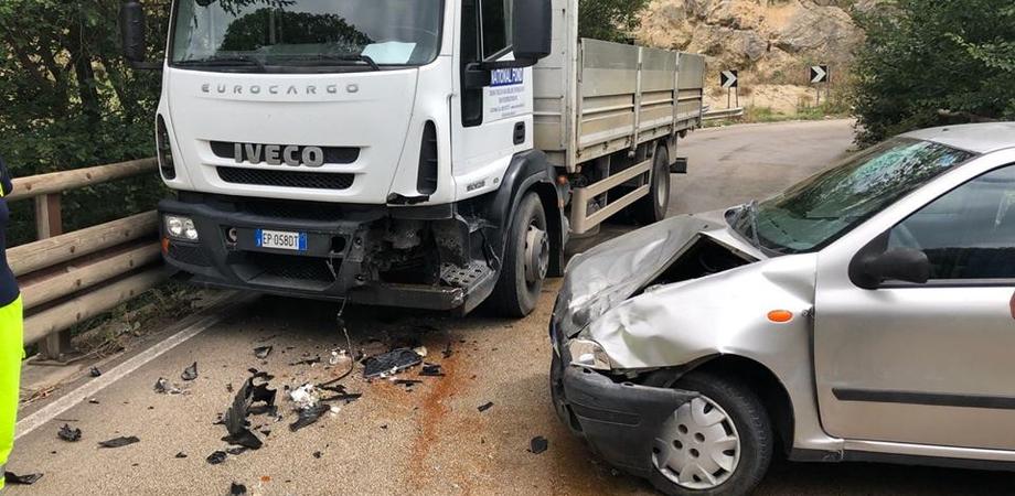 Caltanissetta, scontro tra auto e camion sulla Sp5: due feriti