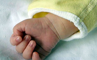 Bimba di 14 mesi in coma: i medici hanno riscontrato tracce di marijuana nelle urine della piccola