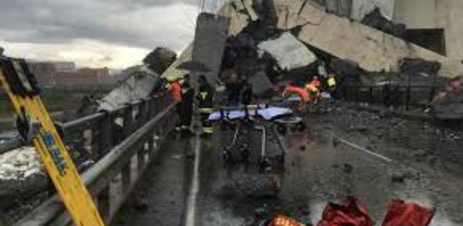 Crollo di Genova, recuperata auto con un'intera famiglia a bordo